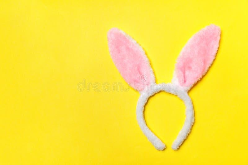 pojęcie Easter szczęśliwy Dekoracyjnych królików ucho kostiumu owłosiona zabawka odizolowywająca na modnym żółtym tle zdjęcia stock