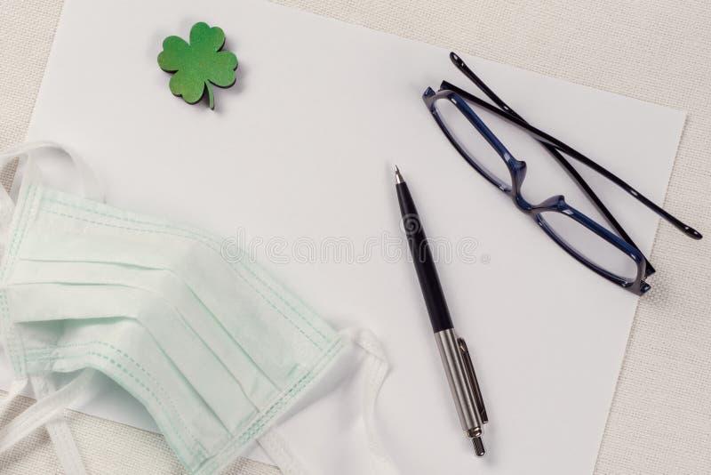 Pojęcie ekologia, natury ochrona Tło - czyści papier, liść zielona koniczyna i ochronną maskę, zdjęcie royalty free