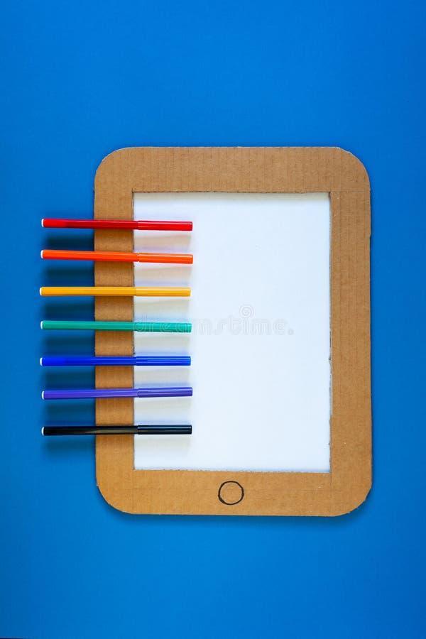 Pojęcie ilustracja pastylka komputer osobisty z rysunkowym zastosowanie bieg obraz stock