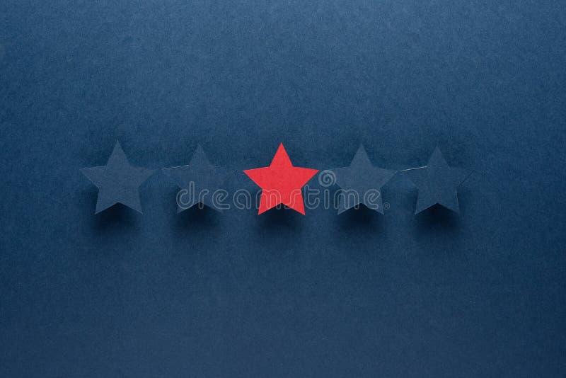 Pojęcie informacje zwrotne lub doborowość jest różny od everyone, był pierwszy czerwony gwiazdowy stoi za błękicie przeciw fotografia royalty free