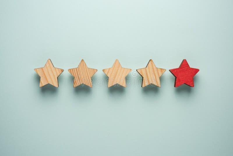 Pojęcie informacje zwrotne pięć gwiazd Jeden czerwieni gwiazda w dodatku do cztery ordynariuszem ones obraz stock