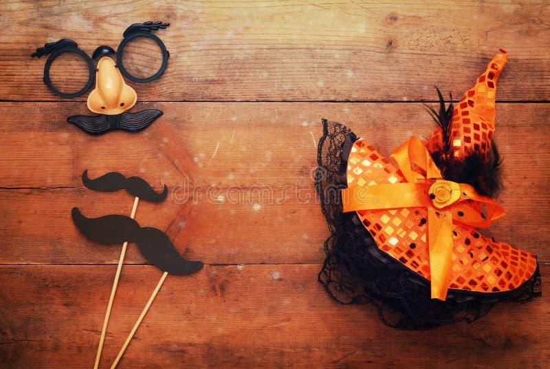 pojęcie kalendarzowej daty Halloween gospodarstwa ponury miniatury szczęśliwa reaper, stanowisko kosy Śmieszna wąsy maska i czaro zdjęcia royalty free