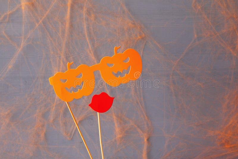 pojęcie kalendarzowej daty Halloween gospodarstwa ponury miniatury szczęśliwa reaper, stanowisko kosy Śmiesznego papieru dyniowi  obraz stock