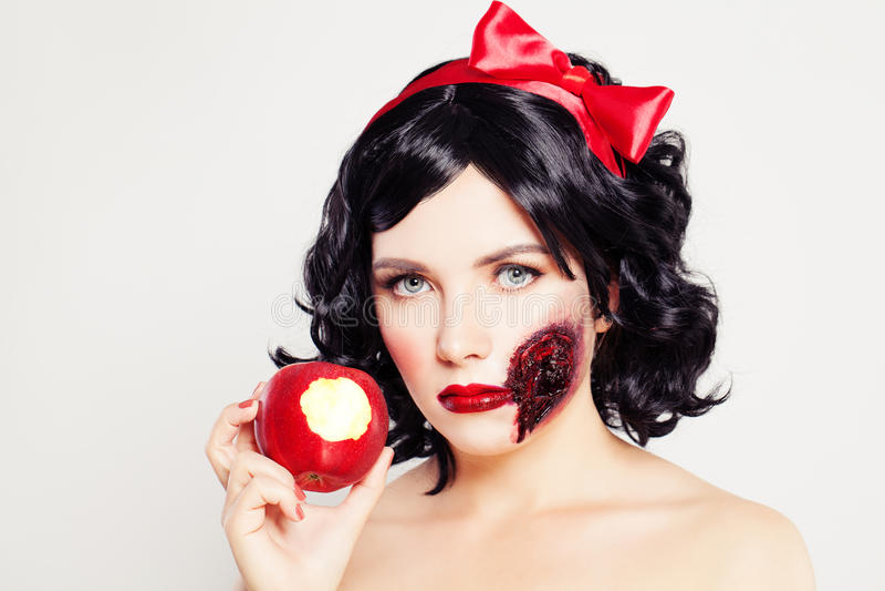 pojęcie kalendarzowej daty Halloween gospodarstwa ponury miniatury szczęśliwa reaper, stanowisko kosy Kobieta z raną Apple i jade zdjęcia royalty free