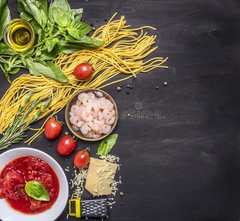 Pojęcie kulinarny makaron z garnelą, pomidorową pastą, serem i ziele na drewnianej nieociosanej tło odgórnego widoku granicie, mi zdjęcie royalty free
