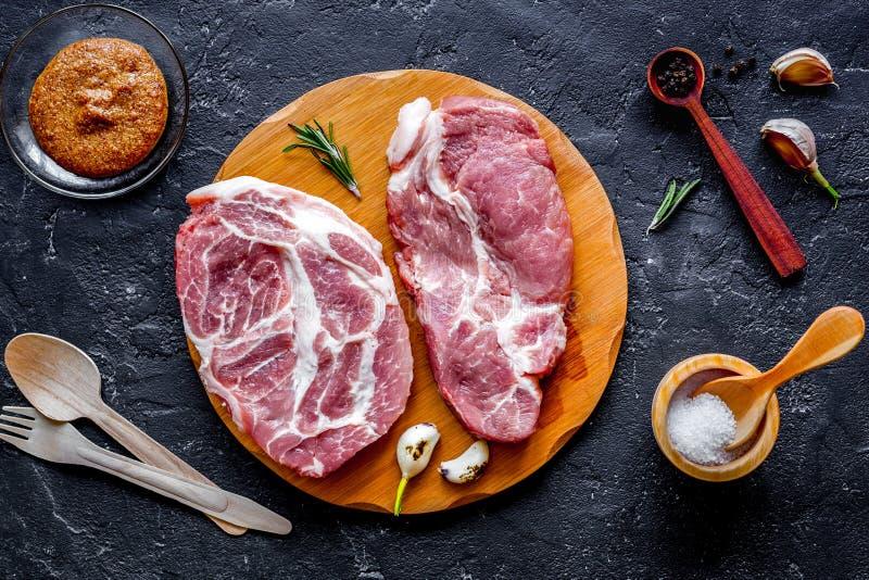 Pojęcie kulinarny mięsny stek na ciemnego tła odgórnym widoku zdjęcie royalty free