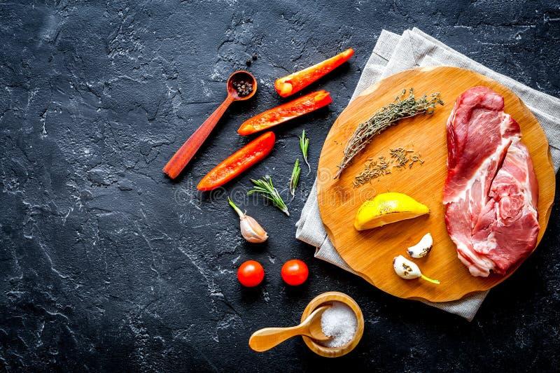 Pojęcie kulinarny mięsny stek na ciemnego tła odgórnym widoku fotografia stock