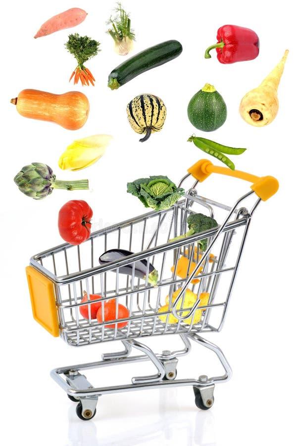 Pojęcie kupień warzywa z supermarketa tramwajem na białym tle obraz stock