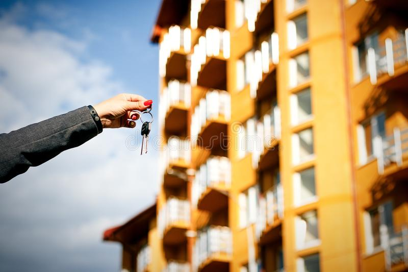 Pojęcie kupienia, sprzedawania i wynajmowania budynek mieszkalny, Kobiety ` s ręka h obraz stock