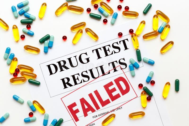 Pojęcie leka wyniki testu nie udać się z pigułkami zdjęcie stock