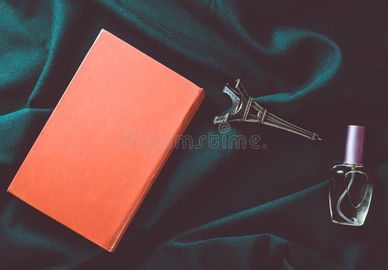 Pojęcie miłość czytanie pragnienie podróżować Francja Książka, posążek wieża eifla, butelka pachnidło obraz stock