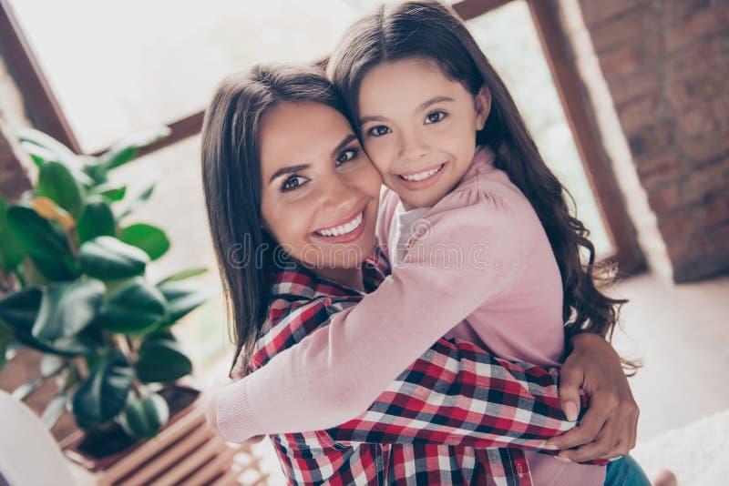 Pojęcie mieć szczęśliwej rodziny z dzieckiem adoptowanym Zamyka w górę ph obrazy stock