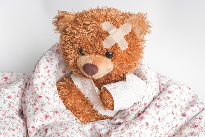 Pojęcie misia dzieciństwa choroby przy tekstylnym tłem fotografia royalty free