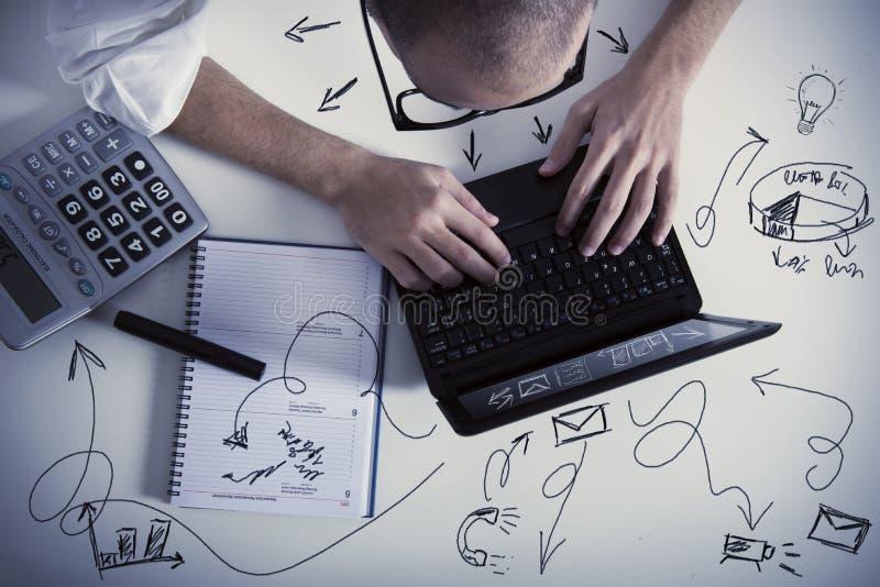 Multitasking biznesmen przy pracą zdjęcie royalty free