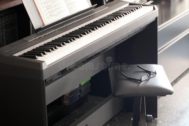 Pojęcie: muzyczna szkoła dla starszych osob i starszego obywatela, fortepianowa klawiatura z parą szkła fotografia royalty free