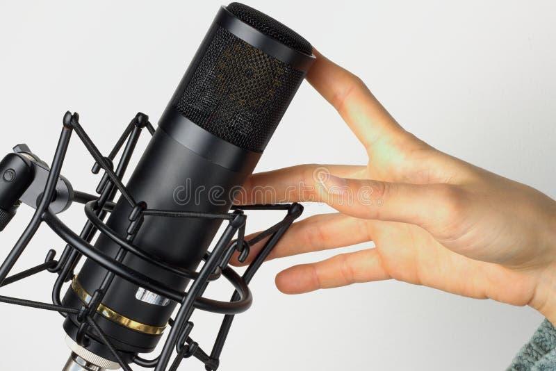 Pracowniany mikrofon z ręką zdjęcie stock