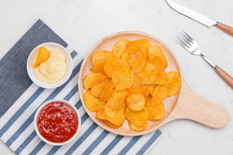 Pojęcie niezdrowy jedzenie Serowe i cebulkowe frytki obraz stock