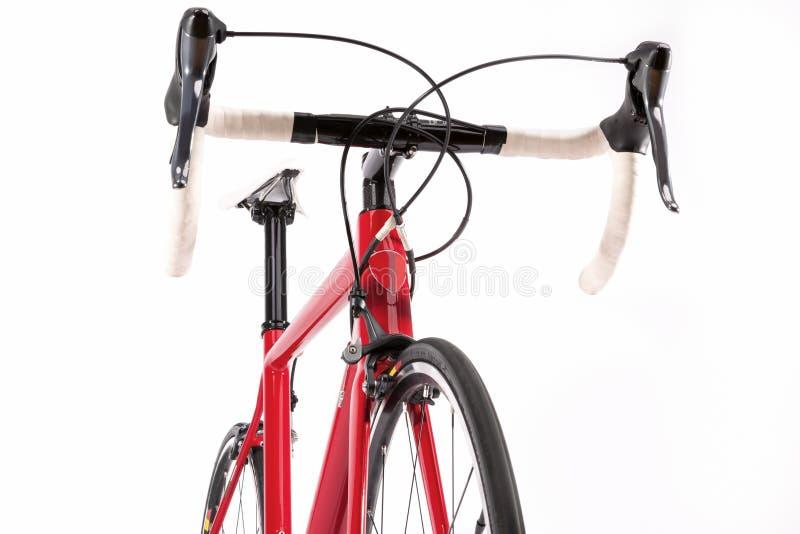 pojęcie odizolowywający sporta biel Fachowy Drogowy Bicycke Z Czerwoną węgiel ramą fotografia stock