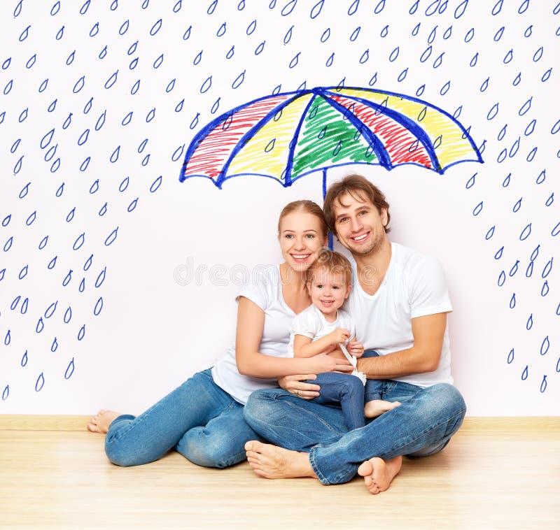 Pojęcie: opieka społeczna rodzina rodzina wziąć schronienie od niedola i deszcz pod parasolem zdjęcia stock