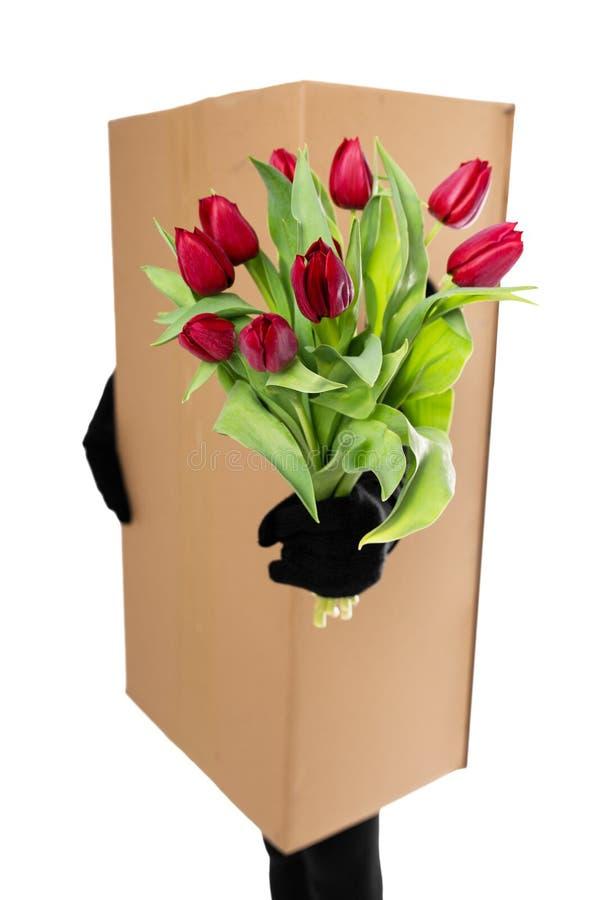 Pojęcie: pakunek dostawa przenosić kwiecistego bukiet zdjęcia stock