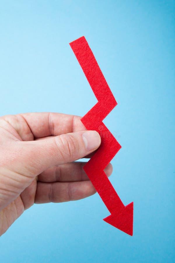 Pojęcie pieniężni niepowodzenia i spadać, czerwona strzała w ręce obrazy royalty free