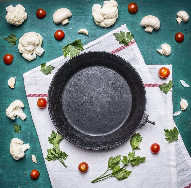 Pojęcie pietruszki czereśniowych pomidorów obsady żelaza rynienki jarskiej karmowej Kalafiorowej starej białej pieluchy tła nieoc fotografia royalty free