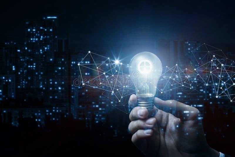 Pojęcie pomysł i innowacja Ręka z płonącą przekładnią obrazy stock