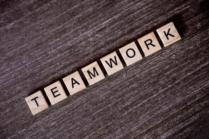 Pojęcie przedstawiający crossword z słowo pracą zespołową z drewnianym c obrazy stock