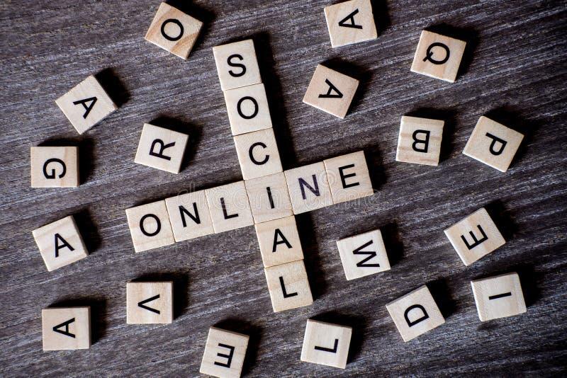 Pojęcie przedstawiający crossword z słowo socjalny i online z zdjęcia royalty free