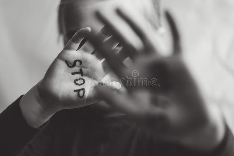 Pojęcie przemoc domowa i dziecka abusement Troszkę pokazuje jej rękę z słowem przerwa pisać na nim dziewczyna Dziecko przemoc obrazy royalty free