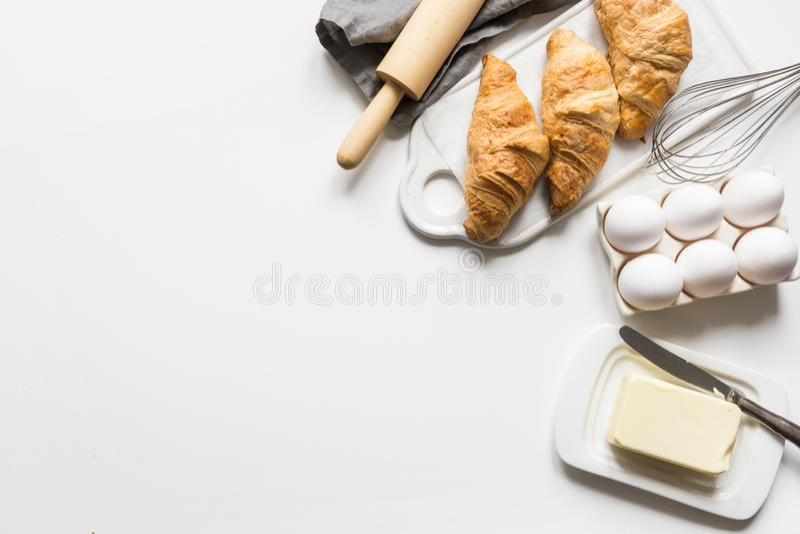 Poj?cie przepisu klasyczny croissant z sk?adnikami dla kulinarnego ciasta Piec i karmowi akcesoria Odg?rny widok Odbitkowa przest zdjęcie royalty free