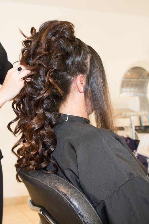 Pojęcie rżniętego salonu stylisty żeński fryzjer zdjęcia stock
