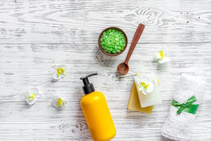 pojęcie relaksuje Handmade organicznie mydło i kąpielowa sól na drewnianym stołowym tło odgórnego widoku copyspace obrazy stock