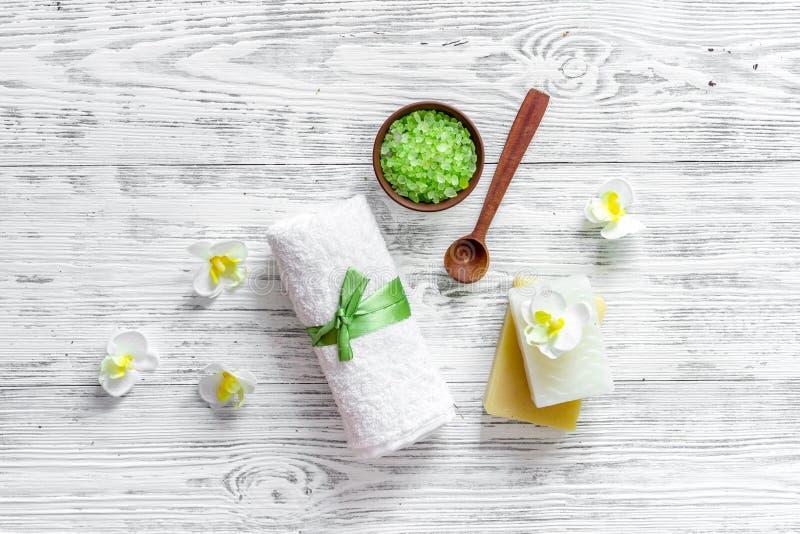 pojęcie relaksuje Handmade organicznie mydło i kąpielowa sól na drewnianym stołowym tło odgórnego widoku copyspace zdjęcia royalty free