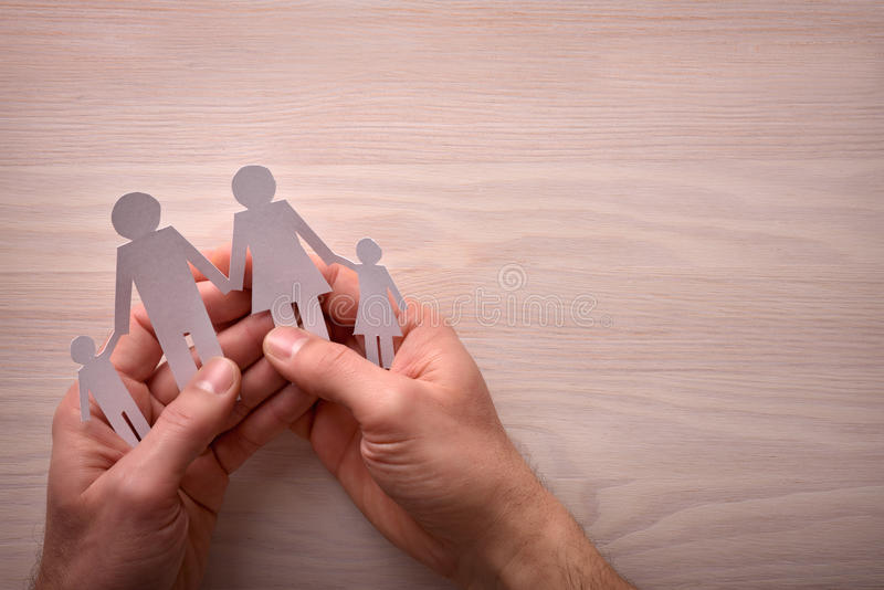 Pojęcie rodzinna ochrona z rękami łapie one boczni obraz stock