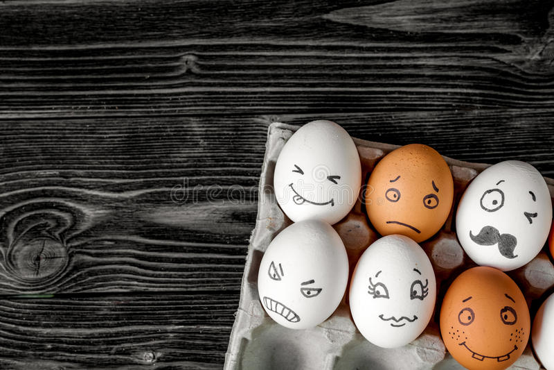 Pojęcie sieci ogólnospołeczna komunikacja i emocje - jajka zdjęcie royalty free