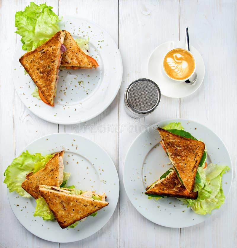 Pojęcie smakowity śniadania lub lunchu czas Różne kanapki o obrazy stock