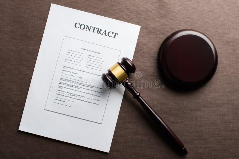 Pojęcie sprawiedliwość i prawo Legalny kontrakta i sędziów młoteczek na t zdjęcia royalty free