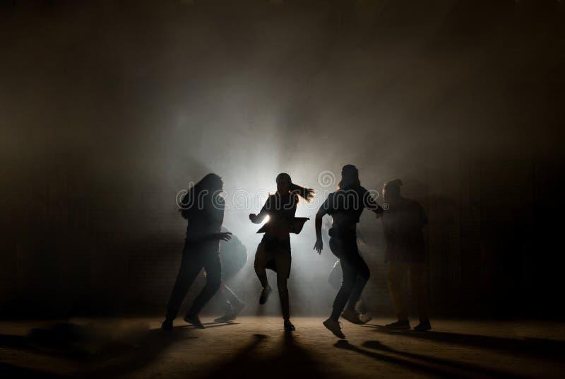 Pojęcie taniec przy dyskoteki przyjęciem przyjaciel ma zabawa fotografia royalty free