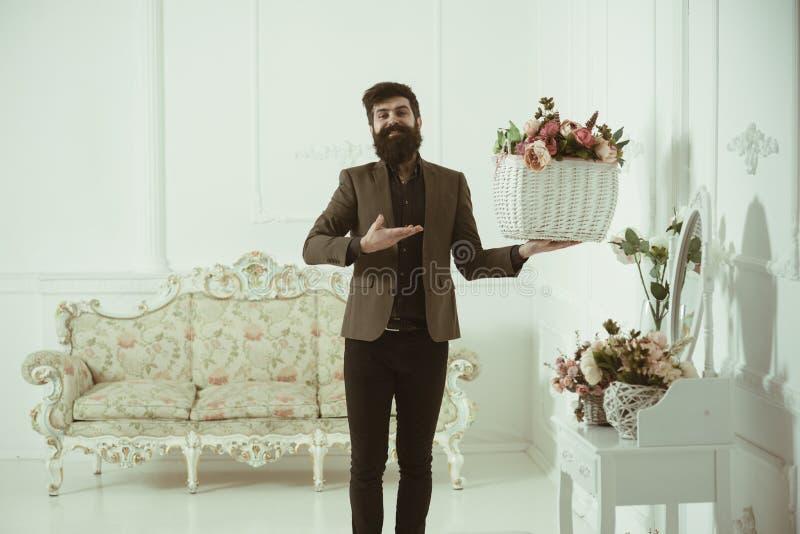 pojęcie teraźniejszy Mężczyzna z naturalną teraźniejszością Brodaty mężczyzna chwyta kosz z różami dla teraźniejszości teraźniejs fotografia royalty free