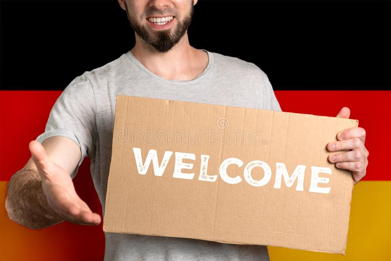 Pojęcie tolerancja dla imigrantów i ludzi różne życie pozycje Mężczyzna trzyma karton i rozciąga za jego ręce zdjęcie royalty free