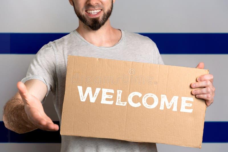 Pojęcie tolerancja dla imigrantów i ludzi różne życie pozycje Mężczyzna trzyma karton i rozciąga za jego ręce zdjęcia royalty free