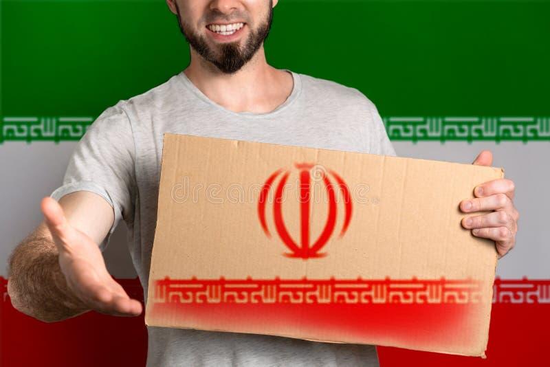 Pojęcie tolerancja dla imigrantów i ludzi różne życie pozycje Mężczyzna trzyma karton i rozciąga za jego ręce fotografia royalty free