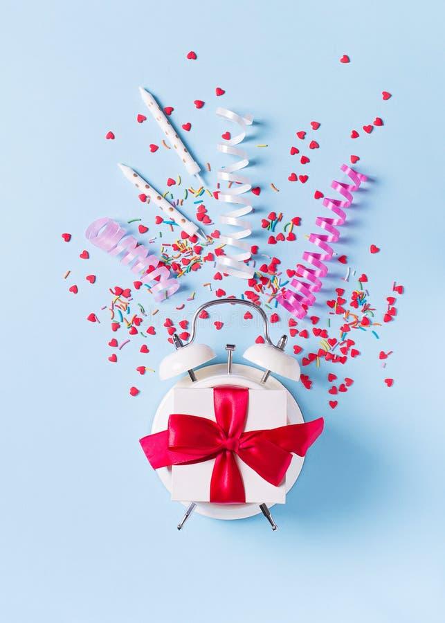 Pojęcie urodziny, valentine i przyjęcia czas na błękitnym pastelowym bakground z alarmem, zdjęcie royalty free