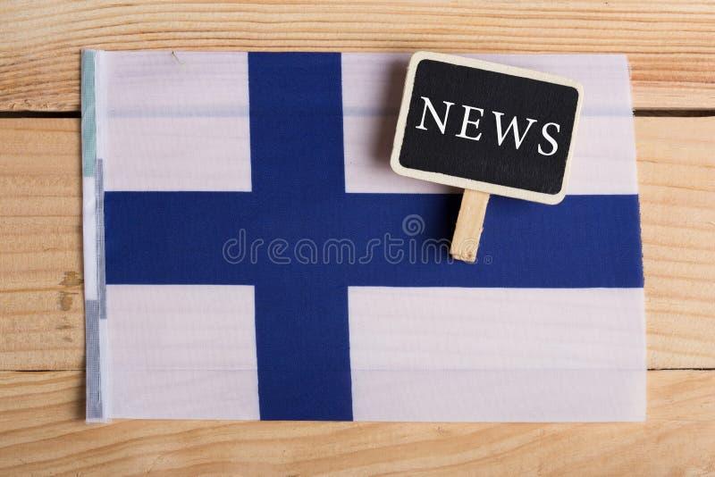 pojęcie wiadomości karmy - wiadomość dnia, Finlandia country& x27; s zaznacza, blackboard i tekst wiadomość zdjęcie stock