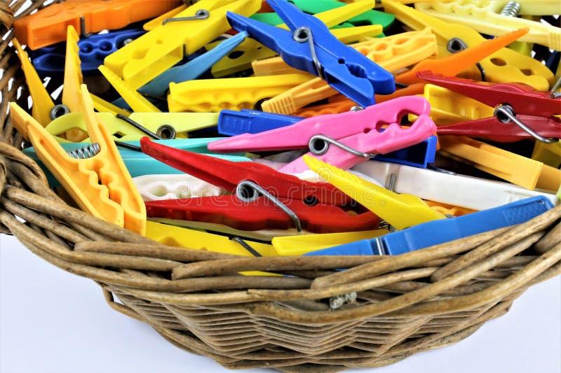Pojęcie wizerunek niektóre kolorowi clothespins obrazy royalty free