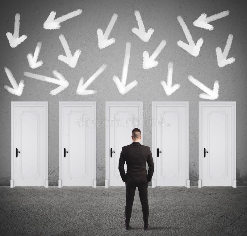 Pojęcie wybiera prawego drzwi biznesmen zdjęcie stock