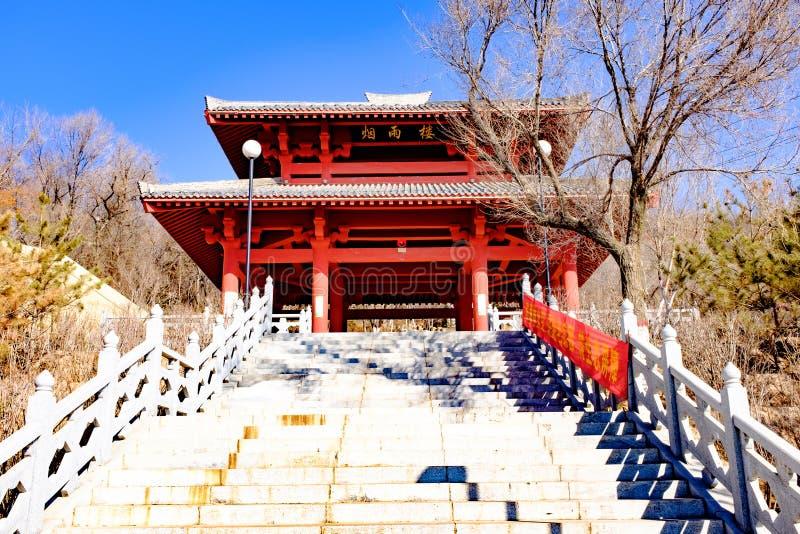 Pojęcie Xining miasto w Qinghai prowinci beishan tulou, także znać jako północny yamadera zdjęcie stock