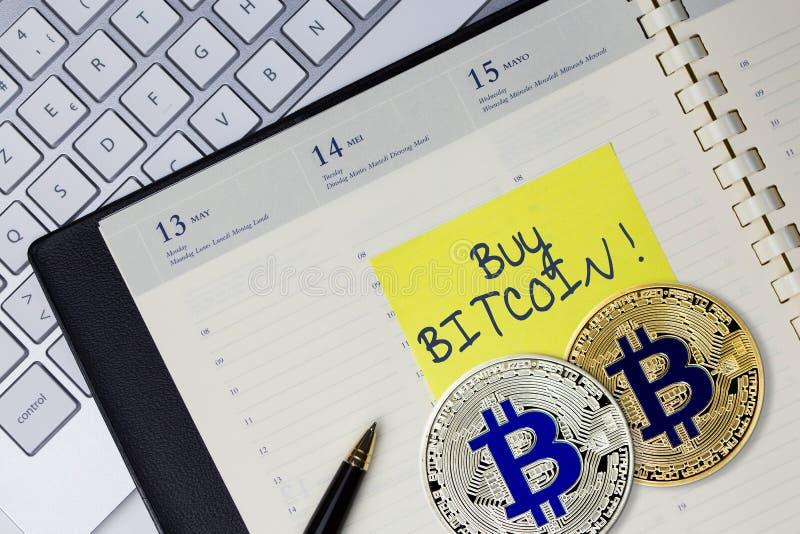 Pojęcie zakupu Bitcoin wirtualny pieniądze przy biurem zdjęcia royalty free