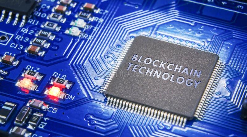 Pojęcie zamknięcie, ochrona Technologii blockchain, utajnianie ruch w internecie Elektroniczni składniki na ciemnym backgro obraz stock
